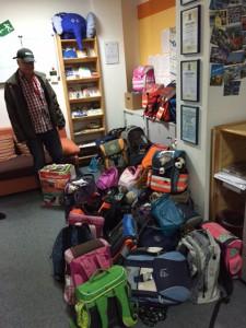 Spendenübergabe von Schulranzen